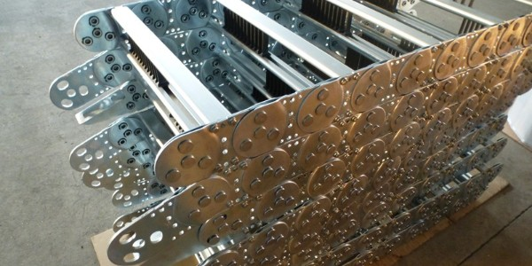 打孔钢制拖链使用时的优缺点